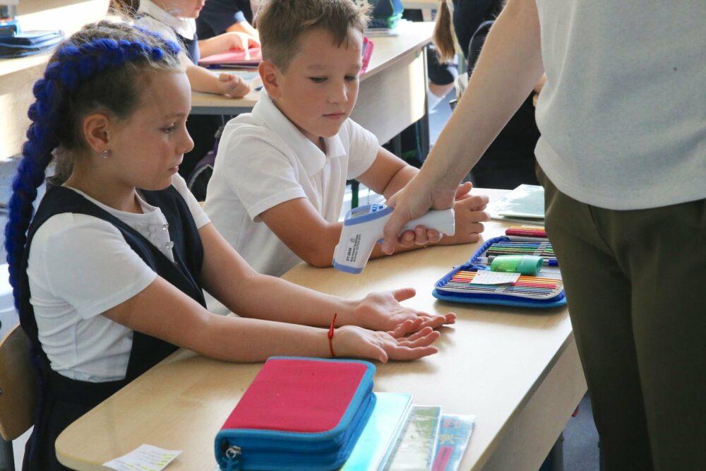 Роспотребнадзор предложил продлить меры из-за COVID в школах до 2022 года
