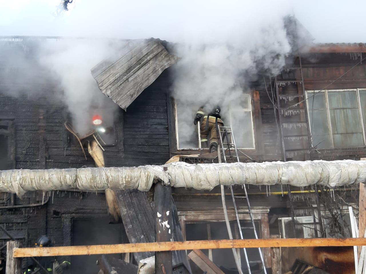 Власти Якутска оказывают помощь жильцам сгоревшего дома по улице Рыдзинского