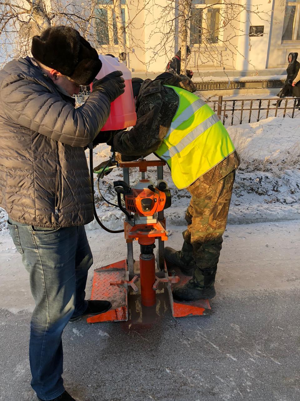 На ул. Петровского берут пробы асфальтобетонного покрытия для лабораторных исследований