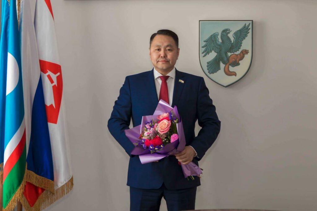 Альберт Семенов поздравил якутянок с Днем матери
