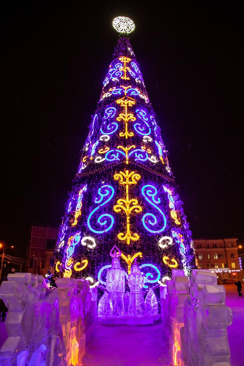 Торжественная церемония зажжения ёлки на площади Орджоникидзе