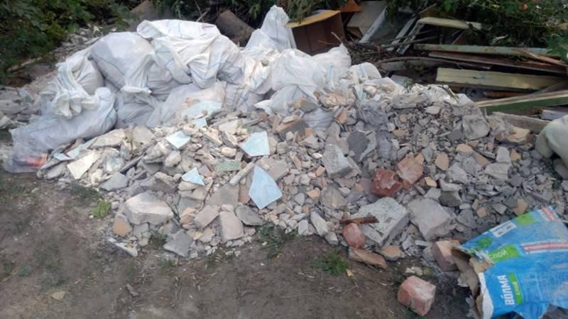 Горожанам напоминают об ответственности за складирование  строительного мусора у домов