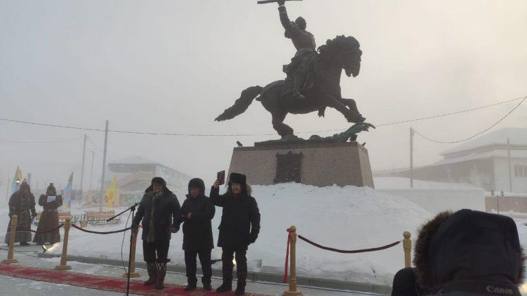 В Нижнем Бестяхе состоялось открытие памятника Василию Манчаары
