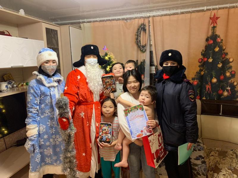 В Сунтарском районе Полицейский Дед Мороз поздравил детей с наступающим Новым годом