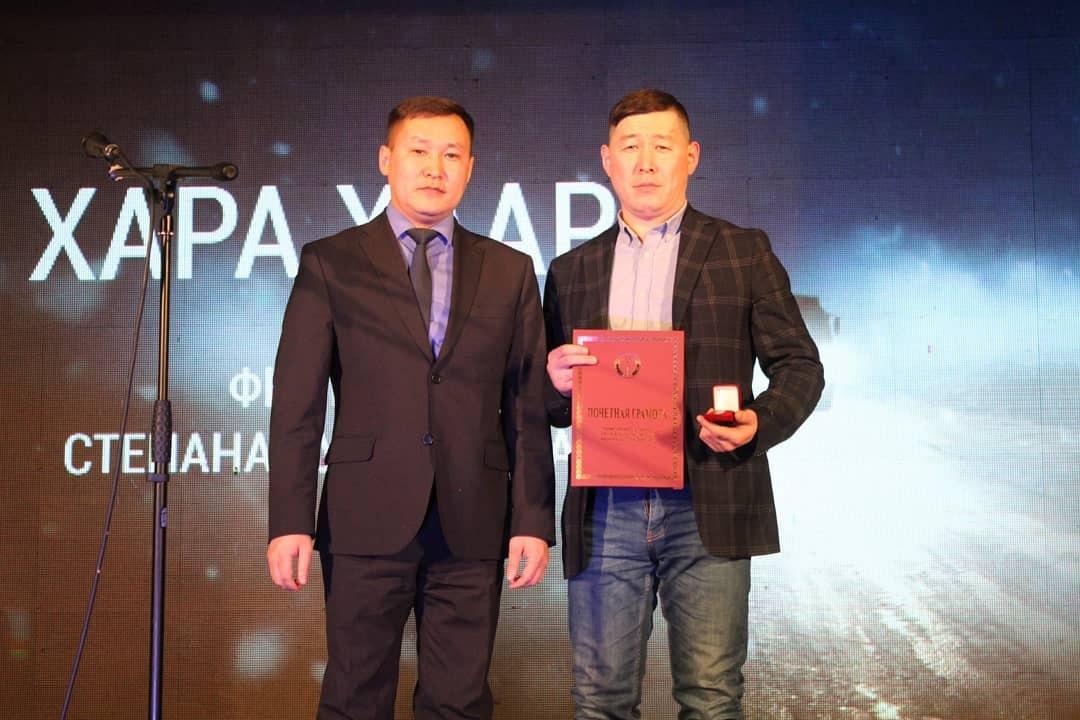 Режиссеру фильма «Хара хаар» земляки подарили «Ниву»