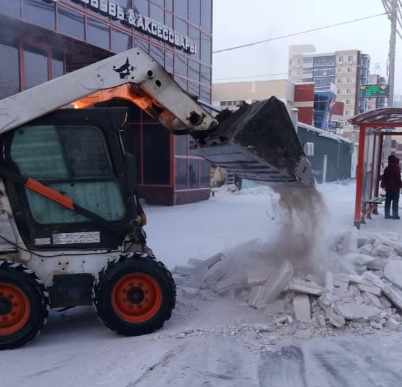 АО «Якутдорстрой» продолжает уборку и вывоз снега с улиц города