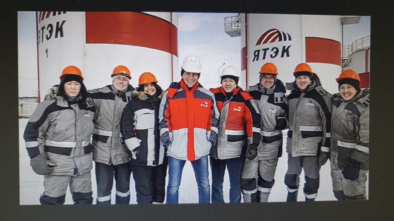 Кирилл Бычков в спецодежде ЯТЭК на снегоходе рассекает просторы Кысыл Сыра