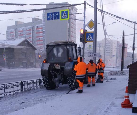 В Якутске продолжаются работы по уборке и вывозу снега с улиц города