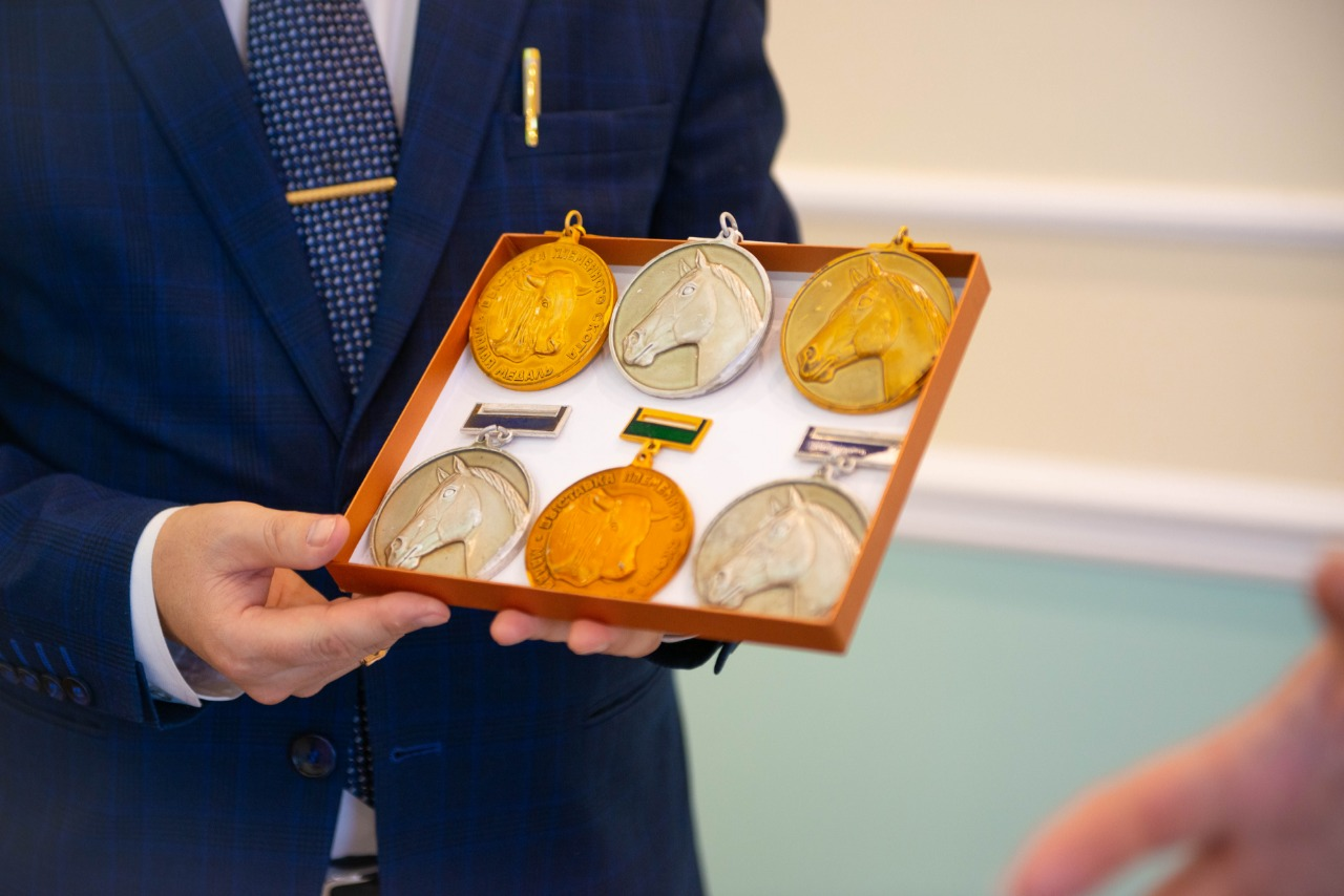 Екатерина Винокурова преподнесла в дар музею агровуза медали ВДНХ
