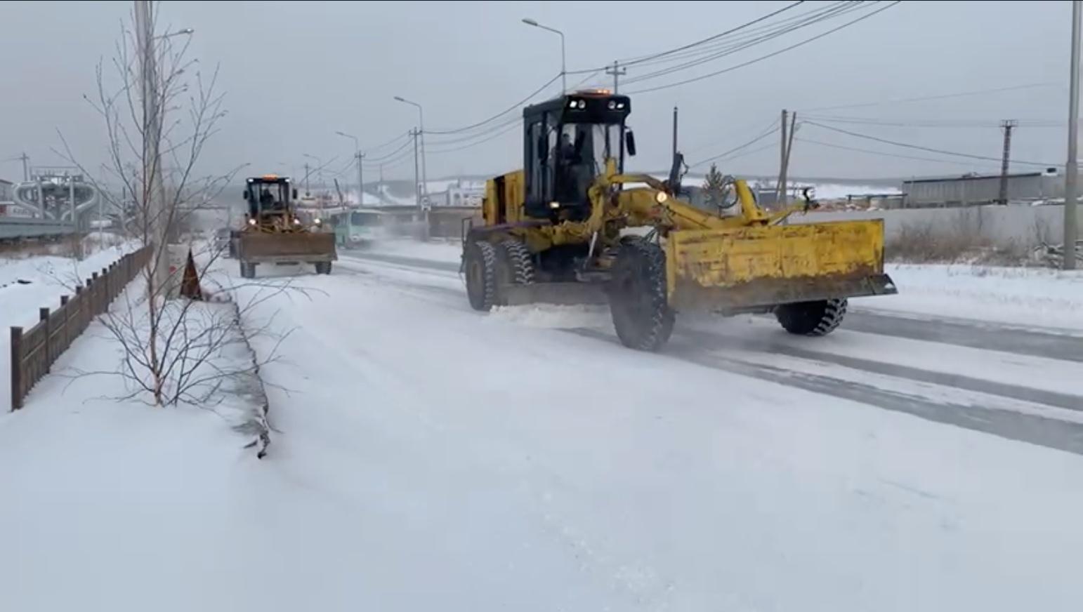 Дорожники в усиленном режиме убирают и вывозят снег с улиц Якутска