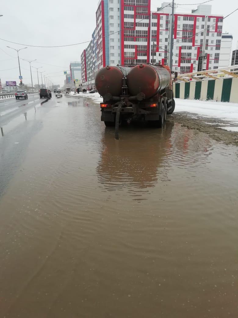 МУП «Жилкомсервис» продолжает откачку талых воды с городских улиц