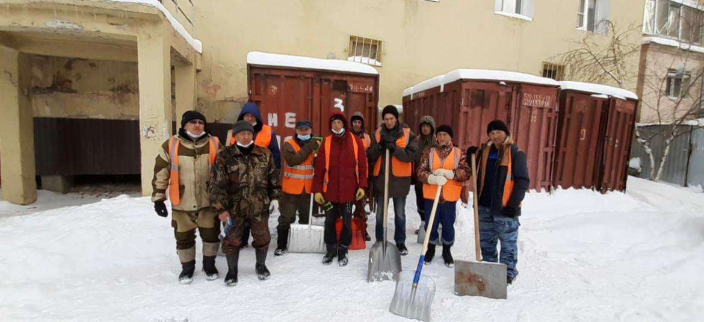 В Якутске усилена работа дворников по очистке от снега козырьков и подъездов многоквартирных домов