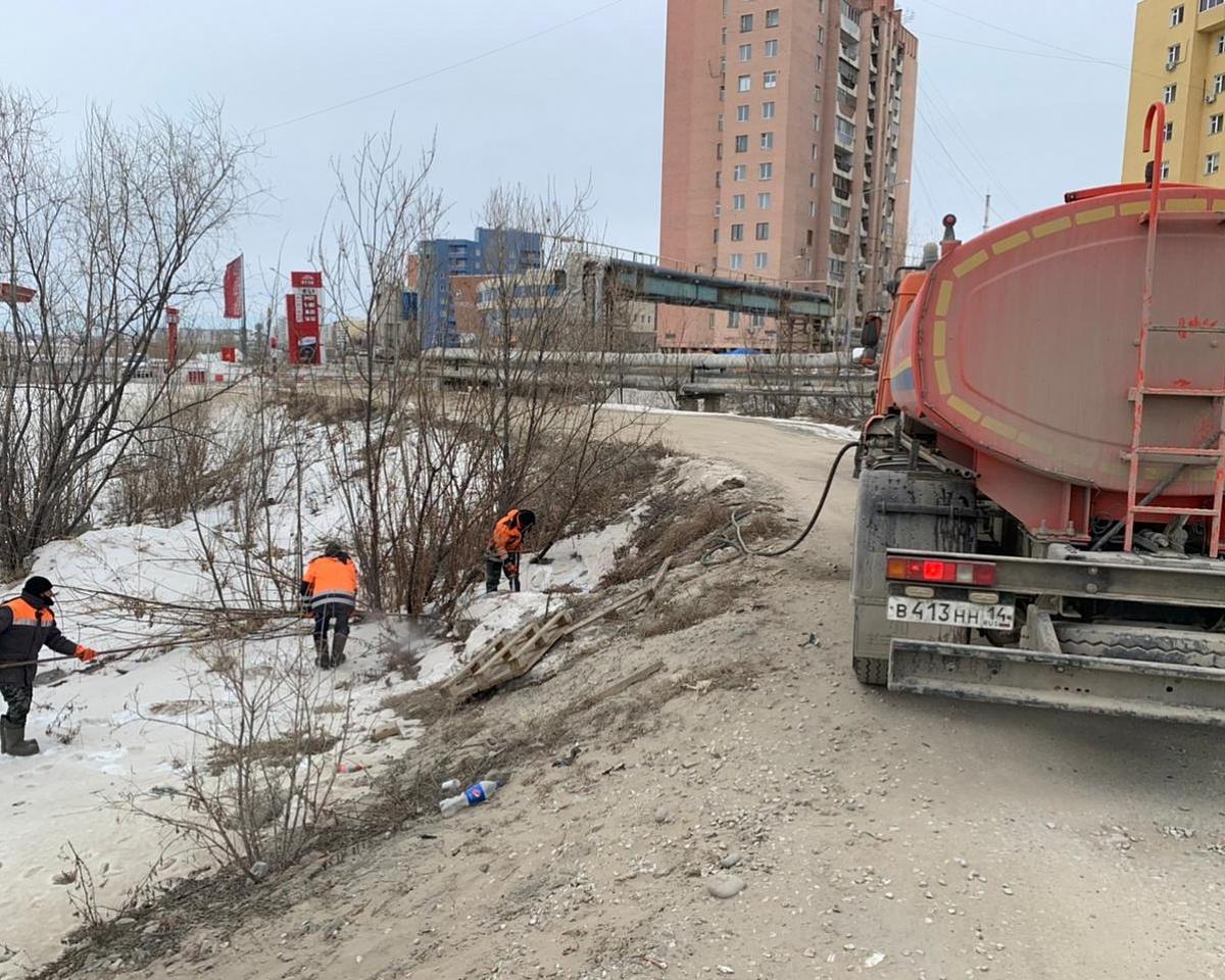 Дорожники продолжают противопаводковые мероприятия в Якутске