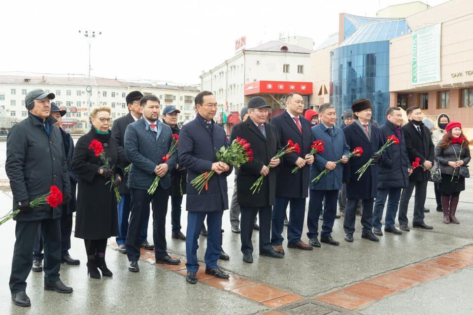 Депутаты Якутской гордумы отдали дань уважения лучшим сынам республики