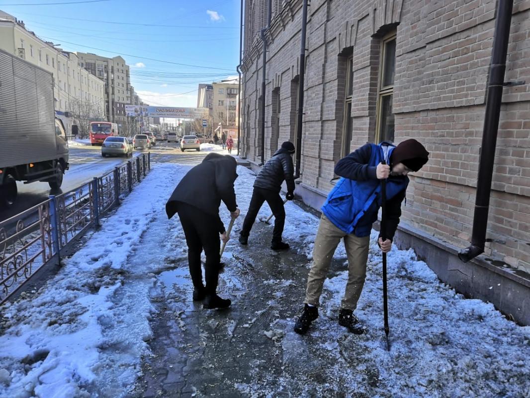 Студенты вышли на субботники по уборке снега с тротуаров