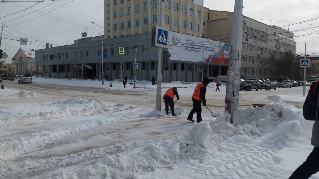 Более 5 тысяч кубометров снега ежедневно вывозят с улиц Якутска