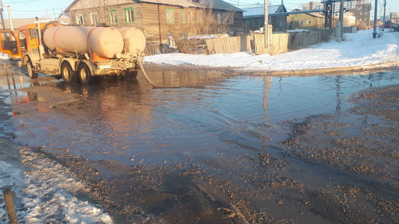 В Якутске продолжают откачку и противопаводковые мероприятия
