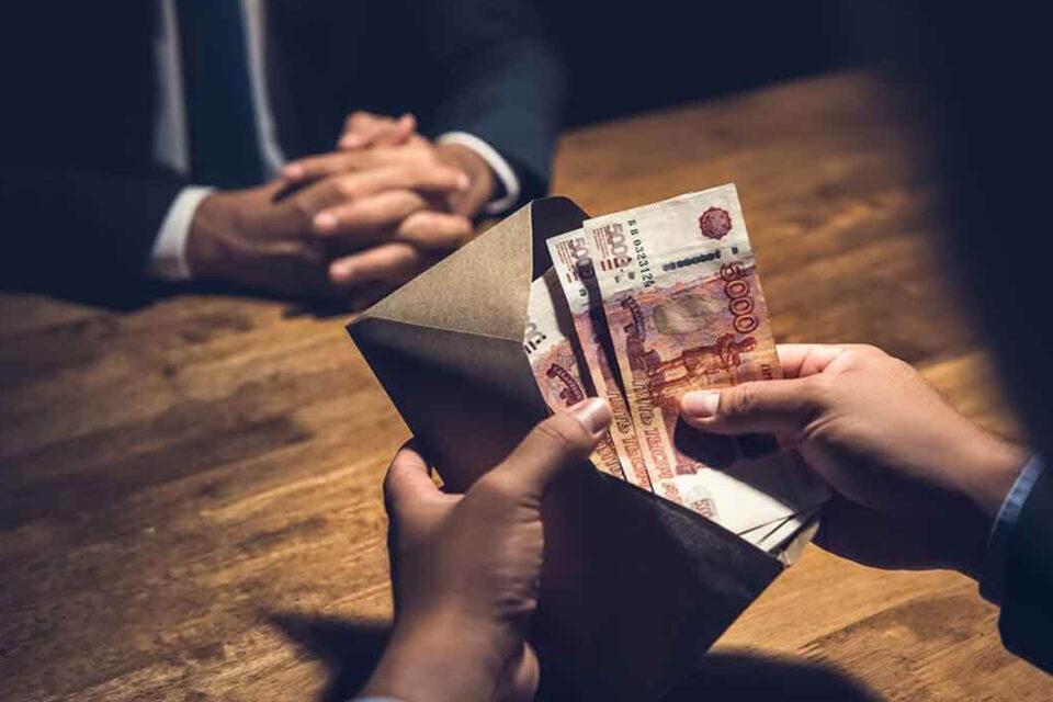 Руководителя подразделения аэропорта «Якутск» подозревают в получении взяток