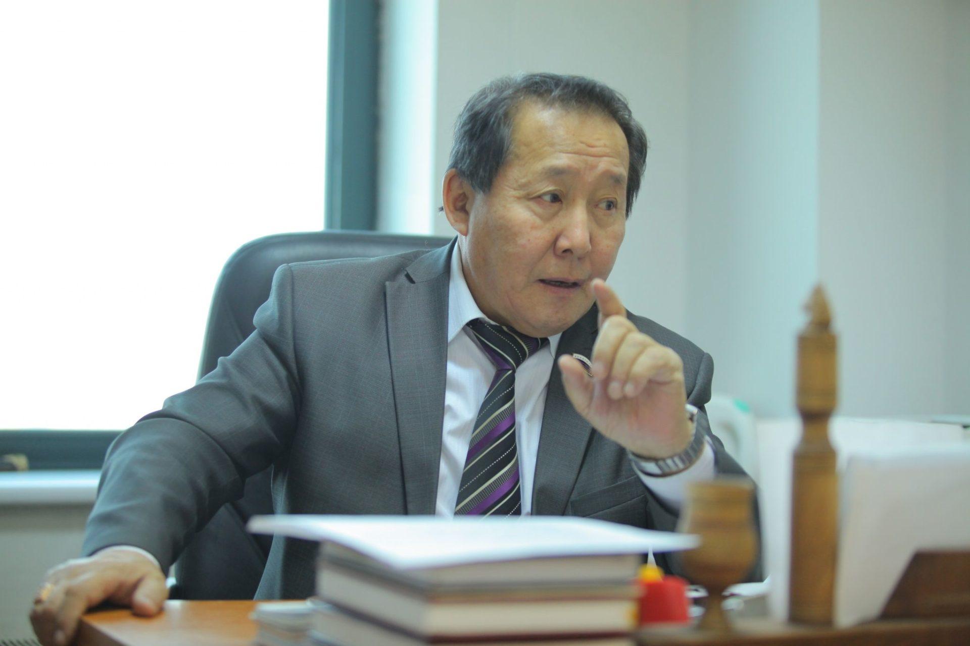 Макар ЯКОВЛЕВ: «Вносить поправки в Конституцию Якутии в угоду конкретной личности является большой ошибкой»