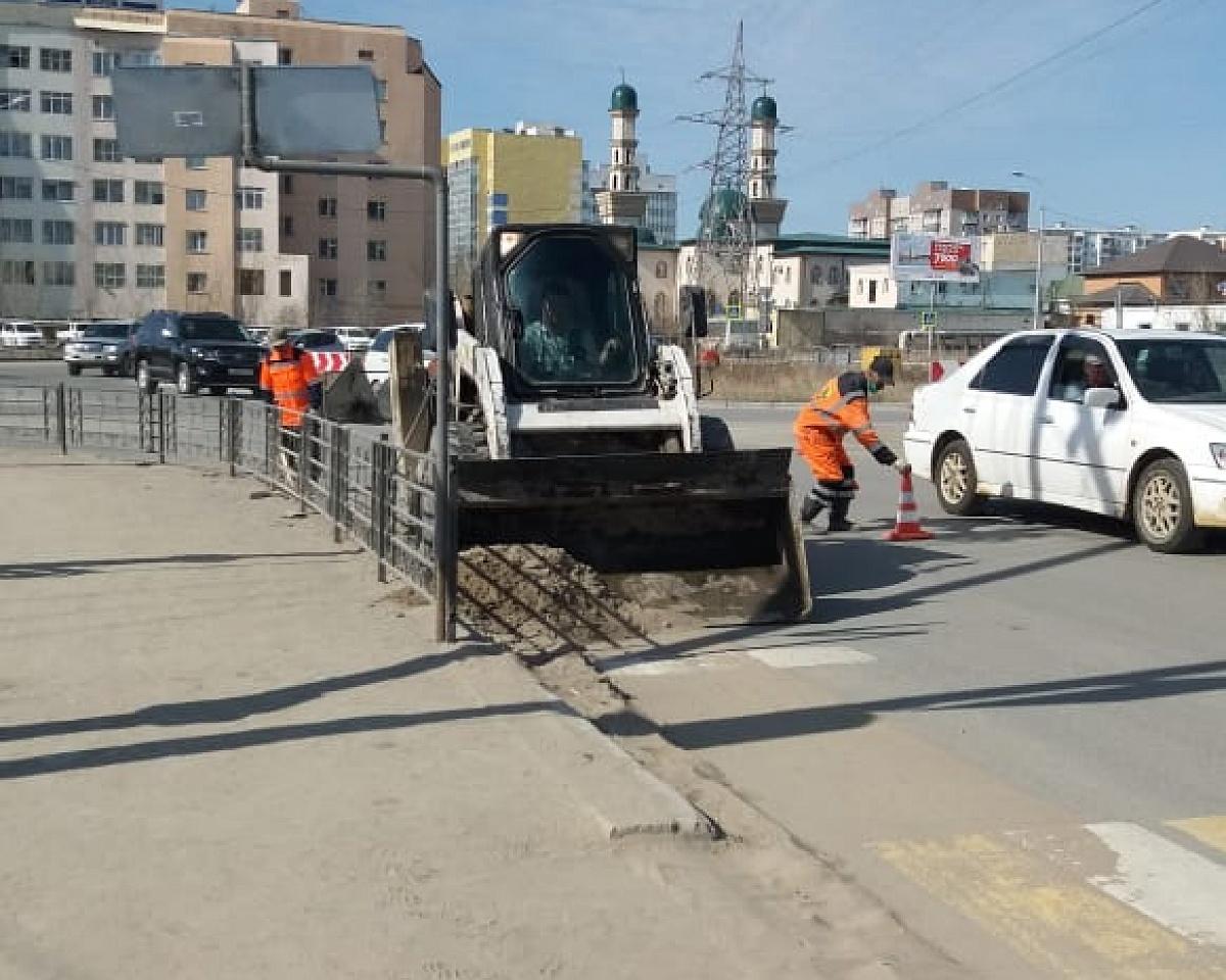 АО «Якутдорстрой» проводит ямочный ремонт улицы Пояркова