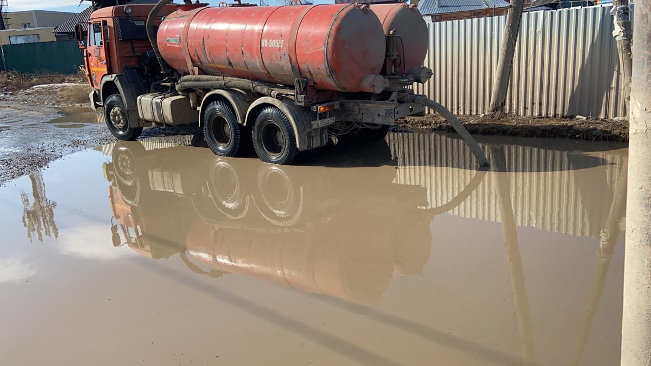 Дорожные службы ежедневно откачивают талые воды с улиц Якутска