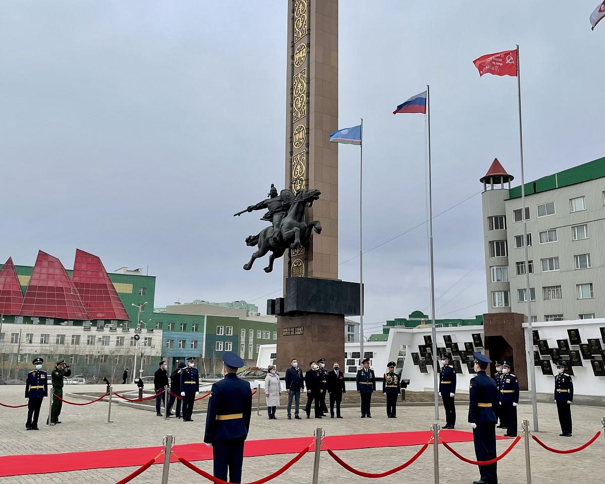 В Якутске состоялась церемония водружения символа Знамени Победы