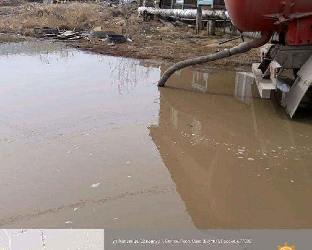 Откачка талых вод и противопаводковые мероприятия в Якутске продолжаются