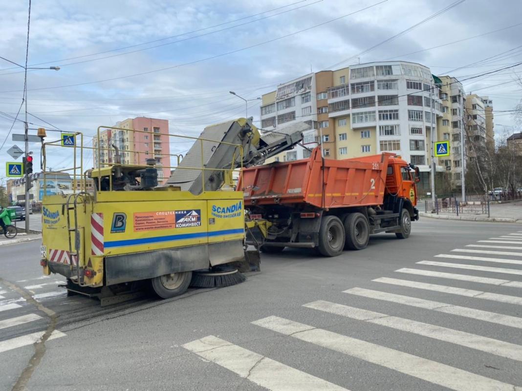Плановые работы АО «Якутдорстрой»: уборка улиц, тротуаров и газонов, грейдирование дорог 27 мая