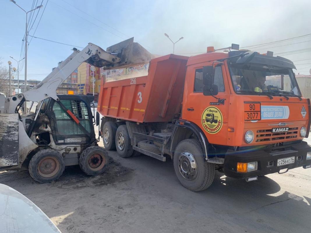 Плановые работы АО «Якутдорстрой»: уборка улиц, тротуаров и газонов, ямочный ремонт 25 мая