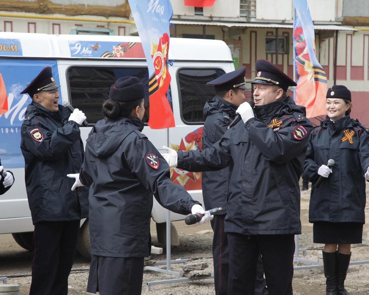 «Поём двором»: в Якутске провели концерты для ветеранов войны