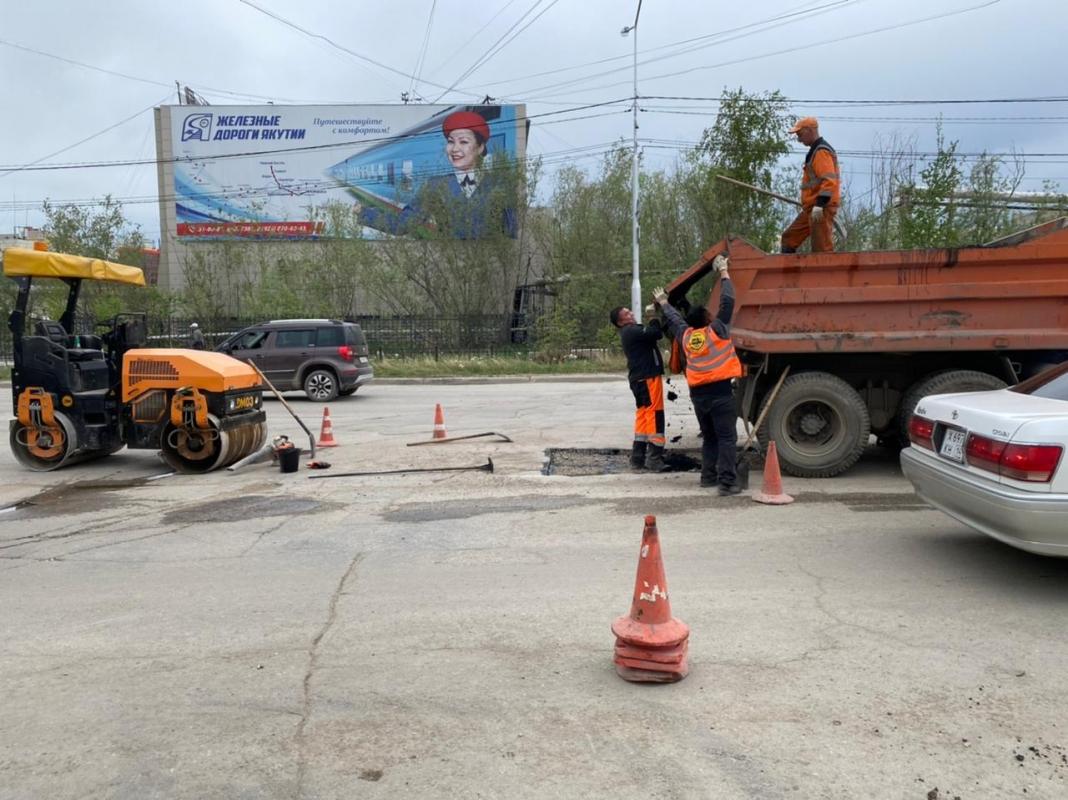 Плановые работы АО «Якутдорстрой»: уборка улиц, тротуаров и газонов, ямочный ремонт 7 июня