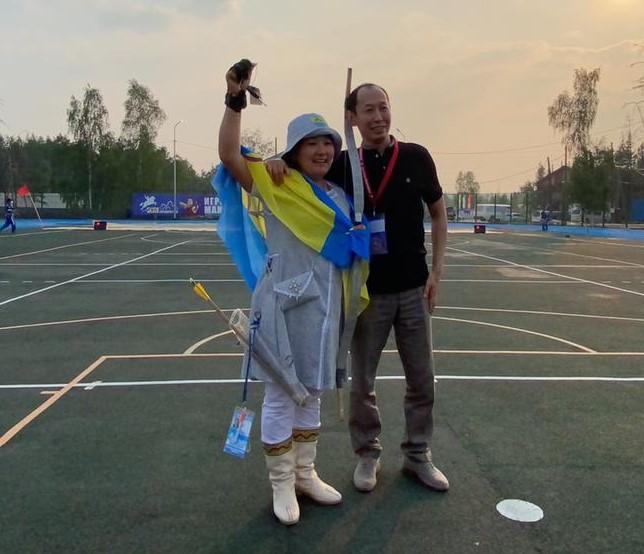 Василий Николаев вручил ключи от автомобиля лучшей лучнице Якутии Дарие Фоминой