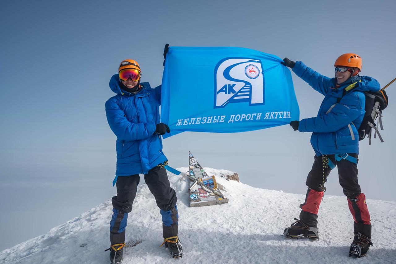 Флаг ЖДЯ подняли на высочайшие вершины России и Европы
