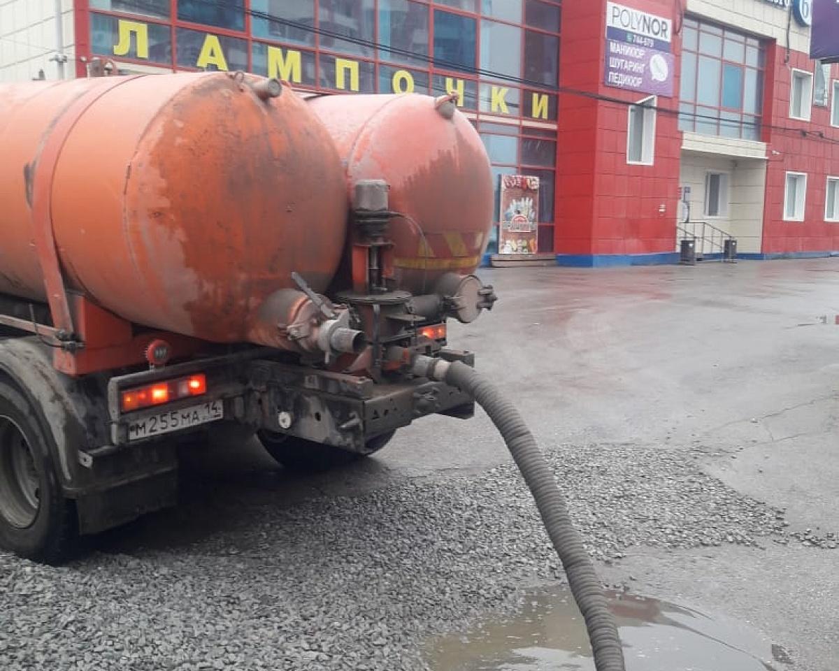 Откачка дождевой воды ведется с улиц Якутска
