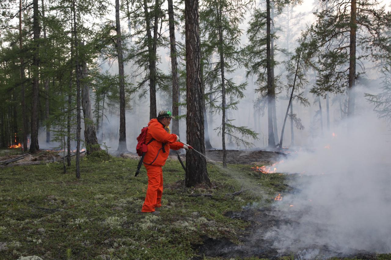 В Якутии удалось остановить распространения огня на населенные пункты
