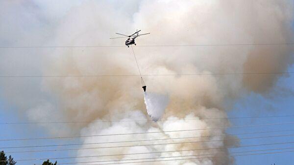 Вблизи поселка Сангары Кобяйского Якутии района работает вертолет