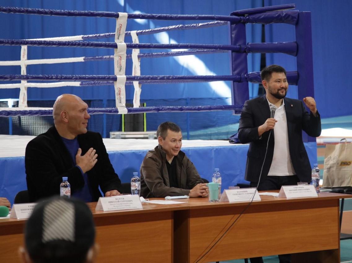 Николай Валуев и Евгений Григорьев встретились с юными боксерами