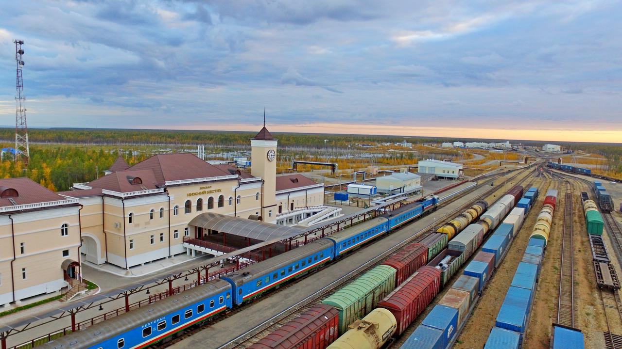 «Железные дороги Якутии» призывают грузополучателей равномерно планировать перевозки грузов во избежание скопления поездов на подходе к станции Нижний Бестях в осенний период
