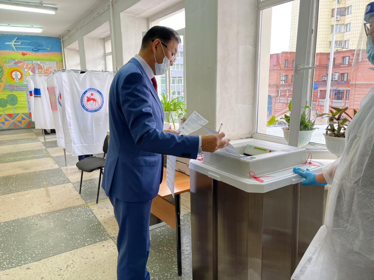 Народные депутаты республики принимают участие в голосовании на выборах депутатов Государственной Думы