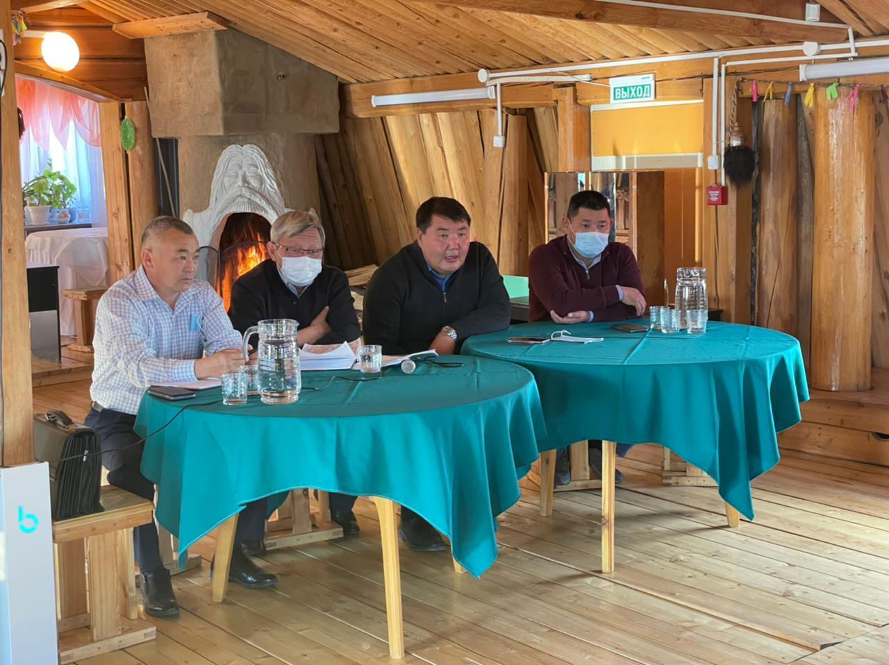 Народные депутаты работают в избирательных округах