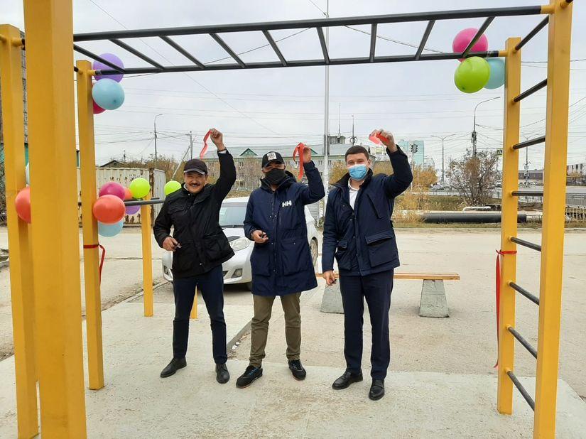 Феликс Романов выразил благодарность Дмитрию Шестакову, который подарил спортивную площадку Строительному округу