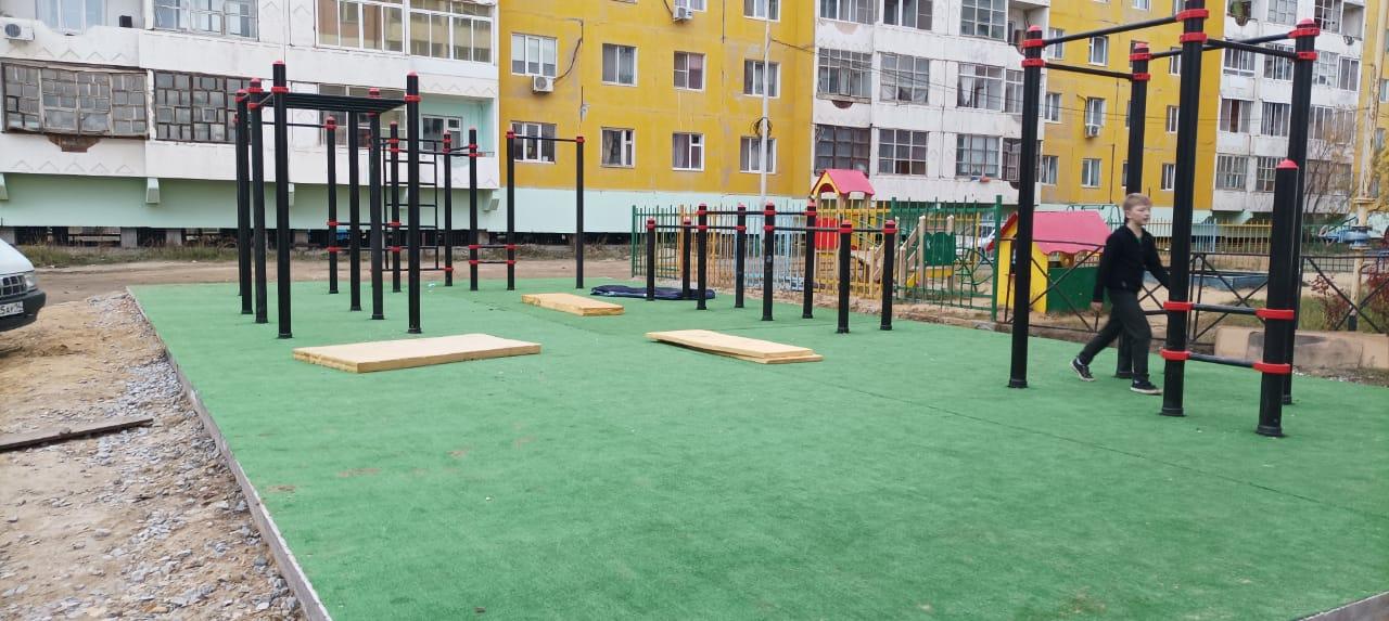 В Якутске завершают работы по устройству воркаут-площадок