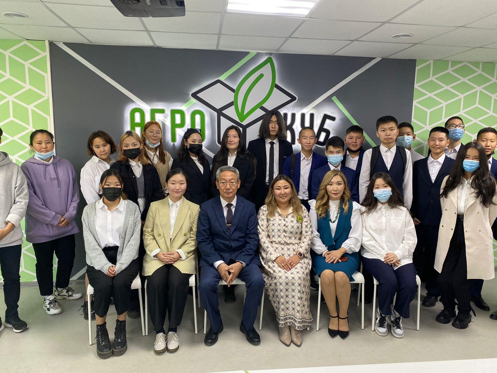 Врио ректора АГАТУ поздравил учеников Хатасской средней школы
