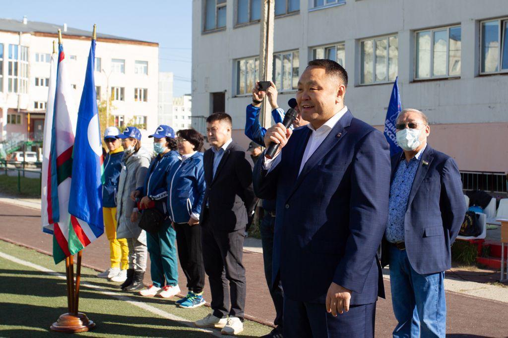 Альберт Семенов поддержал якутских футболистов
