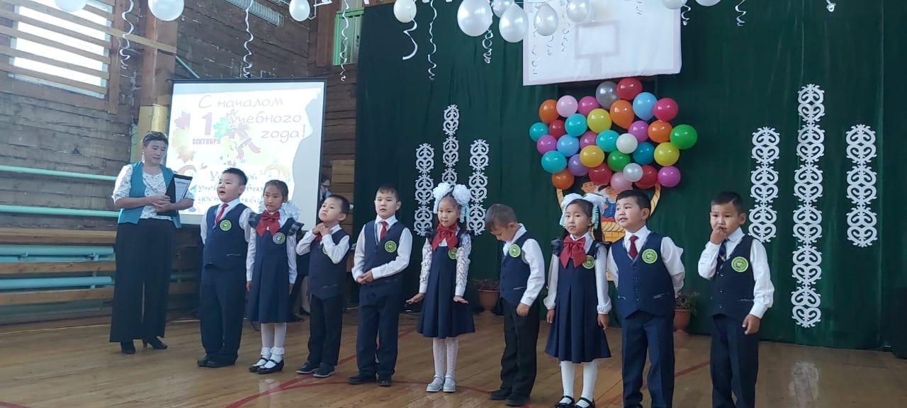 Феодосия Габышева поздравила школьников села Бясь-Кюель с Днем знаний