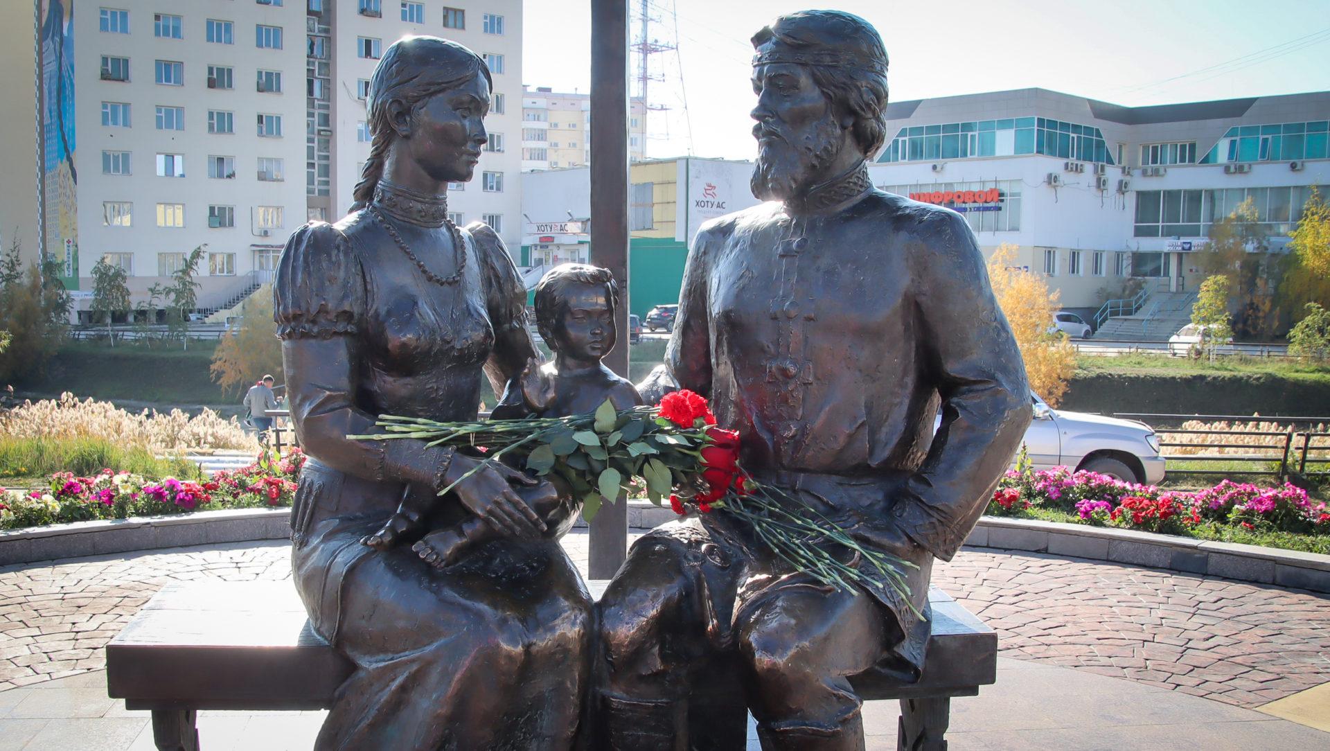 Антонина Григорьева и Владимир Чичигинаров приняли участие в церемониях возложения цветов к памятникам столицы