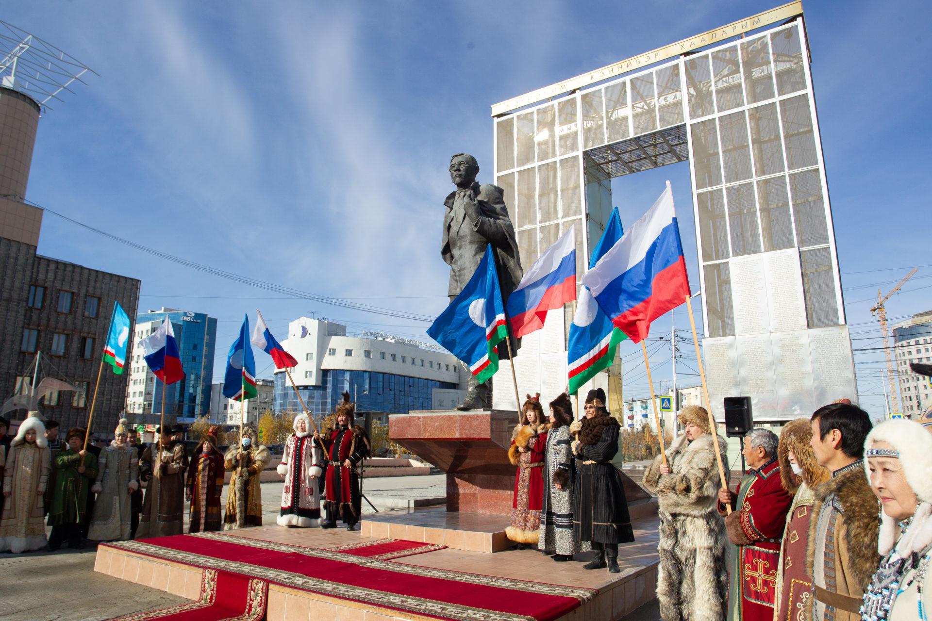 В День республики в г. Якутске возложили цветы и открыли новые памятники