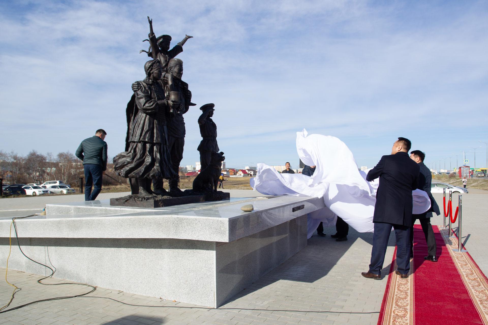 В Парке Победы в Якутске открыли скульптурную композицию «Семья солдата Победителя»
