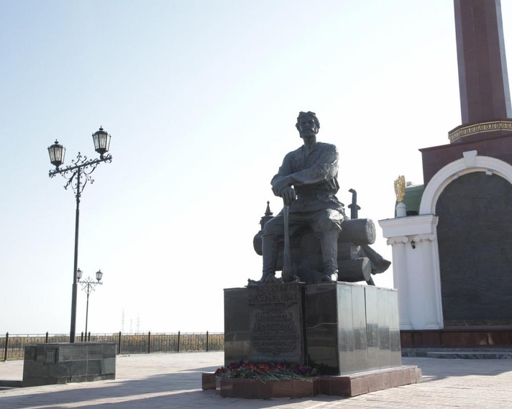 В День города возложили цветы к памятникам Петру Бекетову, Ивану Крафту и Семену Дежнёву