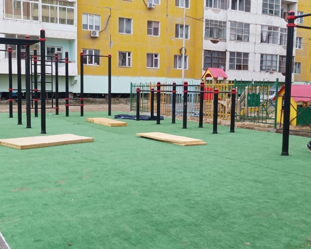 В Якутске продолжают установку воркаут-площадок